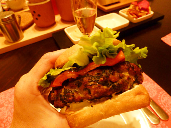 Greek_Burger_Burger_el_Greco_in_hand
