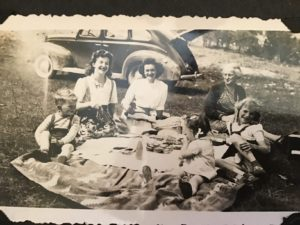 Extended Romani family, picnicking.